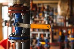 Válvula industrial en la estación de distribución del gas Foto de archivo libre de regalías