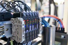 Válvula pneumática e calibre de pressão bondes, engenharia da automatização fotos de stock