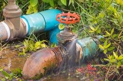 Válvula quebrada sondando o escape do tubo e da água do movimento no encanador do reparo da espera fotografia de stock