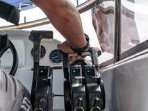 Válvula reguladora de mano del control del capitán en la lancha de carreras Fotografía de archivo