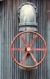 Válvula roja grande de la rueda con el tubo Fotos de archivo libres de regalías