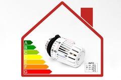 Válvula termostática del radiador - costes de la calefacción Foto de archivo