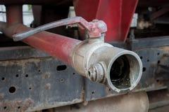 Válvula vieja del agua en un coche de bomberos Fotos de archivo