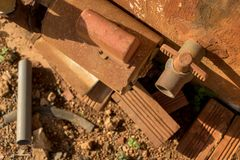 Válvula vieja del PVC de Rusty Water Turbine Generator y del vintage con la tubería plástica - textura mohosa del muro de cemento foto de archivo