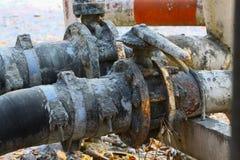 Válvula vieja o válvula sucia en trabajo sucio, válvula sucia en la estación de transferencia del aceite foto de archivo