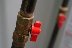 Válvula y tubo de gas del cierre del hogar imagen de archivo