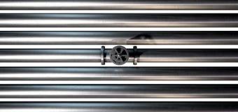 Válvula y tubos de cierre del metal Fotos de archivo libres de regalías