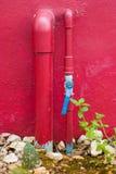 Válvulas da água com mangueira Fotos de Stock Royalty Free