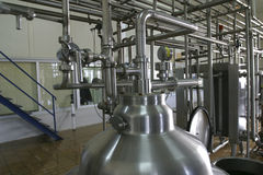Válvulas das tubulações e tanque de pressão na fábrica Imagem de Stock