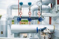 Válvulas das tubulações em uma planta da produção combinada Imagem de Stock