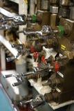 Válvulas de atajo del agua en el submarino - vertical imágenes de archivo libres de regalías