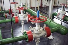 Válvulas de la tubería en la estación de bomba Foto de archivo libre de regalías