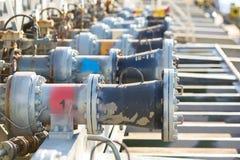 Válvulas de los múltiples del cargo de un petrolero del producto derivado del petróleo fotografía de archivo libre de regalías