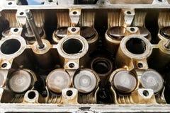 Válvulas de motor autos gastadas de coche que son mantenidas en el garaje Fotos de archivo