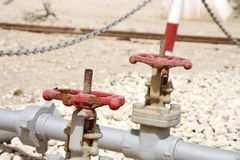 Válvulas de pressão no primeiro poço de petróleo no Golfo Pérsico, Barém imagens de stock royalty free