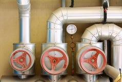 Válvulas e encanamento vermelhos Fotografia de Stock