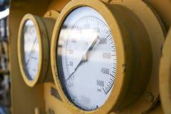 Válvulas e indicadores de la industria de petróleo imagenes de archivo