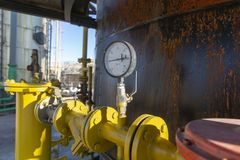 Válvulas e indicadores na indústria petroleira imagem de stock