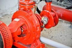 Válvulas em uma fábrica onde o sistema da pressão seja controlado imagens de stock