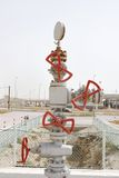 Válvulas múltiplas cabidas na fonte do primeiro poço de petróleo do golfo, Barém fotos de stock