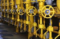 Válvulas manuales en el proceso El proceso de producción utilizó la válvula manual para controlar el sistema Imágenes de archivo libres de regalías