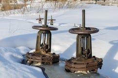 Válvulas nas tubulações, que servem para fechar os canos principais do aquecimento imagens de stock royalty free