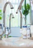 Válvulas para la galería de consumición del agua mineral Fotos de archivo