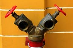 Válvulas rojas para los extintores Fotos de archivo libres de regalías