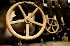 Válvulas velhas e oxidadas industriais imagem de stock