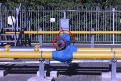 Válvulas y tubería en la planta de gas, válvula de seguridad de la presión fotos de archivo