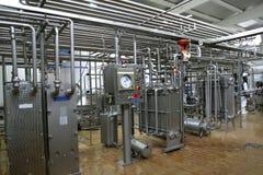 Válvulas y tubos del control de la temperatura en fábrica de la producción de lechería Fotografía de archivo
