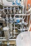Válvulas y tubos en la cervecería fotos de archivo