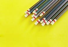 Vária cor de lápis de madeira apontados no fundo amarelo, isolada com espaço da cópia ou espaço para o texto imagem de stock