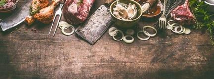 Vária grade e carne do BBQ: pés de galinha, bifes, reforços do cordeiro com os utensílios da cozinha do kitchenware do vintage imagens de stock