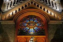 Vária iluminação da noite do milênio da catedral de Timisoara Imagem de Stock