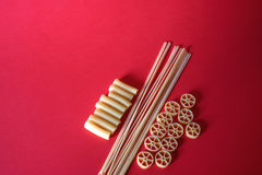 Vária mistura de massa crua no fundo vermelho Fotografia de Stock Royalty Free