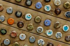 Vária placa da parede da garrafa de cerveja pregada Imagem de Stock Royalty Free