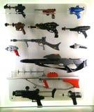 Várias armas e armas da ficção científica na exibição da ficção científica em MoPOP em Seattle imagem de stock