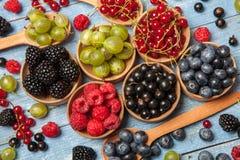 Várias bagas frescas do verão Vista superior Bagas da sobremesa do alimento da cor do fruto da mistura das bagas Antioxidantes, d Fotografia de Stock Royalty Free