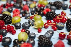 Várias bagas frescas do verão Vista superior Bagas da sobremesa do alimento da cor do fruto da mistura das bagas Antioxidantes, d Imagem de Stock Royalty Free