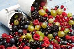 Várias bagas frescas do verão Vista superior Bagas da sobremesa do alimento da cor do fruto da mistura das bagas Antioxidantes, d Imagens de Stock Royalty Free