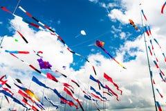 Várias bandeiras e papagaios que voam no céu azul imagem de stock
