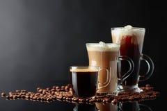 Várias bebidas do café em um fundo preto foto de stock
