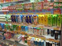 Várias bebidas no supermercado de Hong Kong imagem de stock
