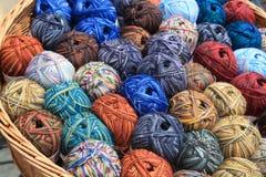 Várias bolas das lãs em uma cesta Fotos de Stock