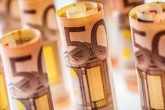 Várias centenas euro- cédulas empilhadas pelo valor Cédulas do Euro de Rolls Dinheiro da moeda do Euro Foto de Stock