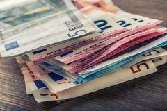 Várias centenas euro- cédulas empilhadas pelo valor Conceito do dinheiro do Euro Euro- notas com reflexão Euro- dinheiro Euro- mo Foto de Stock
