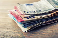 Várias centenas euro- cédulas empilhadas pelo valor Conceito do dinheiro do Euro Euro- notas com reflexão Euro- dinheiro Euro- mo Imagens de Stock Royalty Free