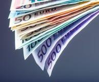 Várias centenas euro- cédulas empilhadas pelo valor Conceito do dinheiro do Euro Euro- notas com reflexão Euro- moeda Foto de Stock
