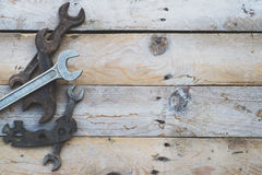 Várias chaves inglesas do tamanho, chaves no fundo de madeira Imagem de Stock